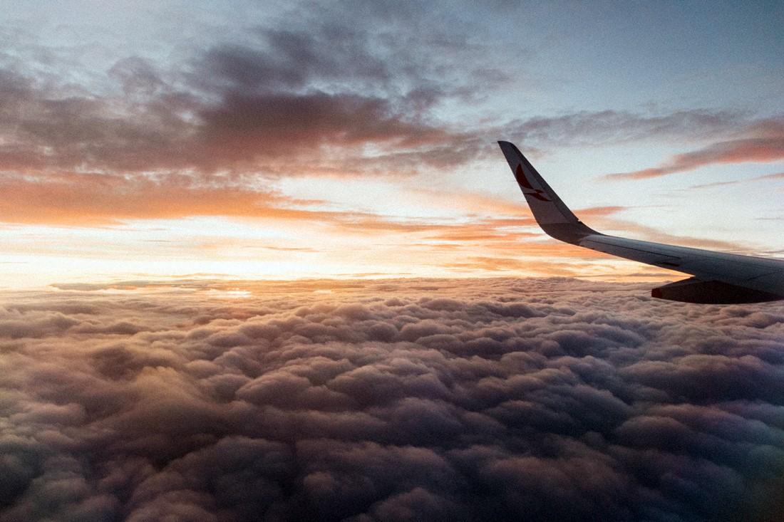 Blick aus einem Flugzeug über den Wolken