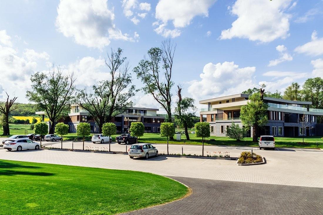 Der Hauptbereich mit Parkplatz im Zala Springs Golf Resort
