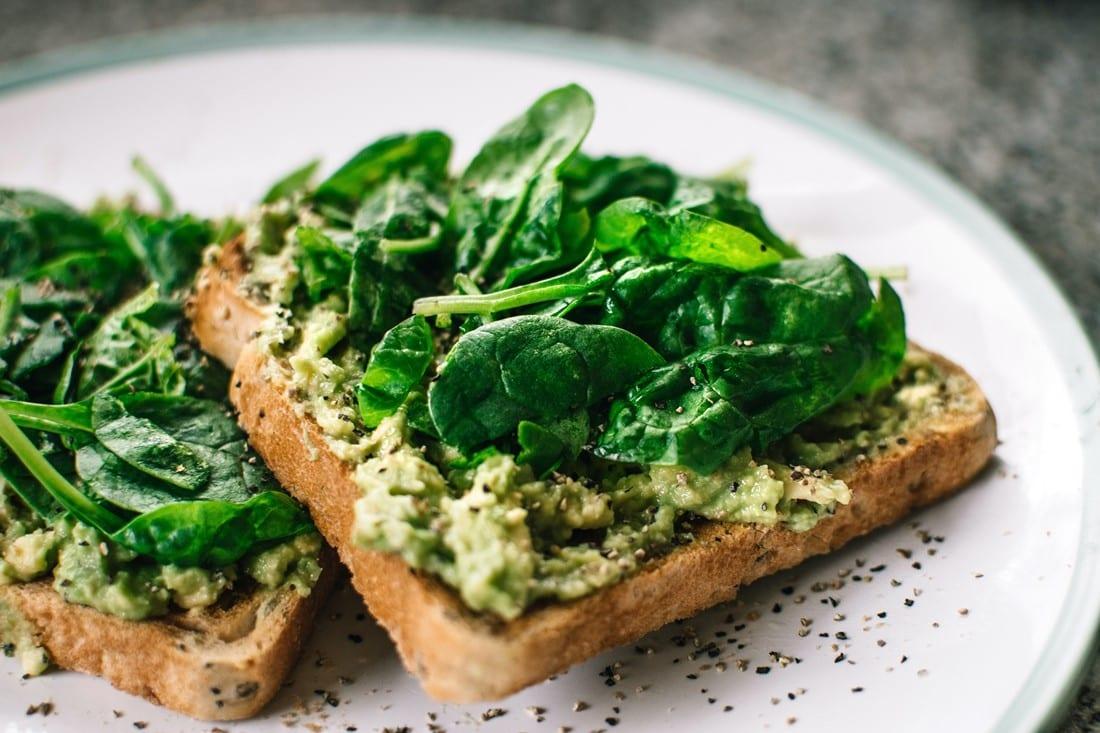 Toast mit Pesto und Salat